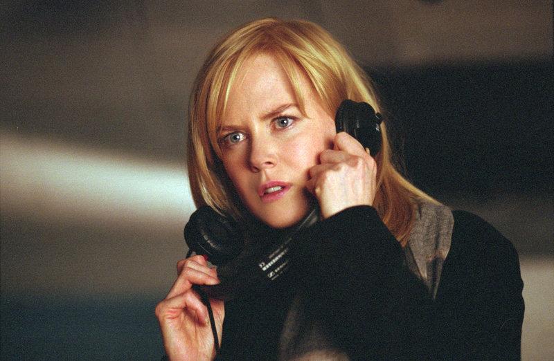 Die Dolmetscherin Silvia Broome (Nicole Kidman) belauscht zufällig ein Gespräch über einen geplanten Anschlag. – Bild: ZDF und Phil Bray ; Universal Studios