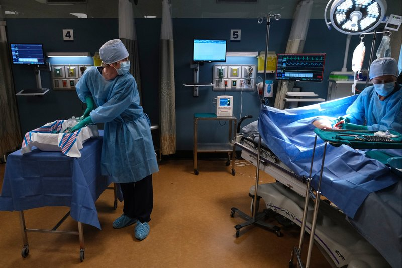 Freddie Highmore (Dr. Shaun Murphy), Karin Konoval (Deena Petringa). – Bild: ORF 1