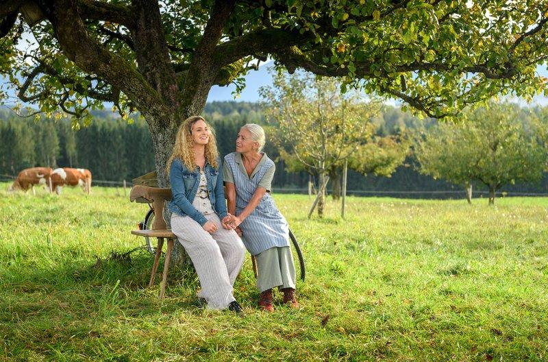 Franzi (Léa Wegmann, l.) und Margit (Michaela Stögbauer, r.) reden sich ein, den Hof retten zu können. – Bild: ARD/Christof Arnold