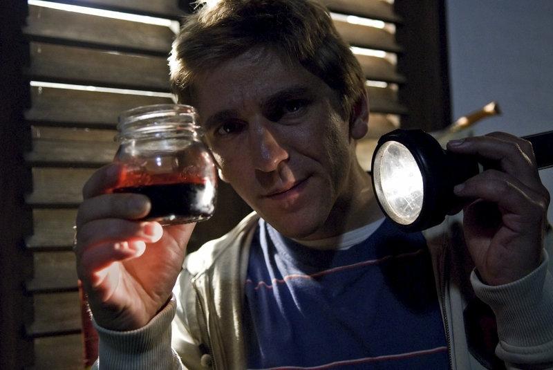Ist das etwa echtes Blut? Fritz Fuchs (Guido Hammesfahr) ist einem Geheimnis auf der Spur. – Bild: ZDF und Thomas Bergmann