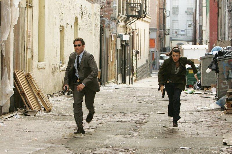 Ein Wettlauf mit der Zeit: Tony (Michael Weatherly, l.) und Ziva (Cote de Pablo, r.) ... – Bild: CBS Television Lizenzbild frei