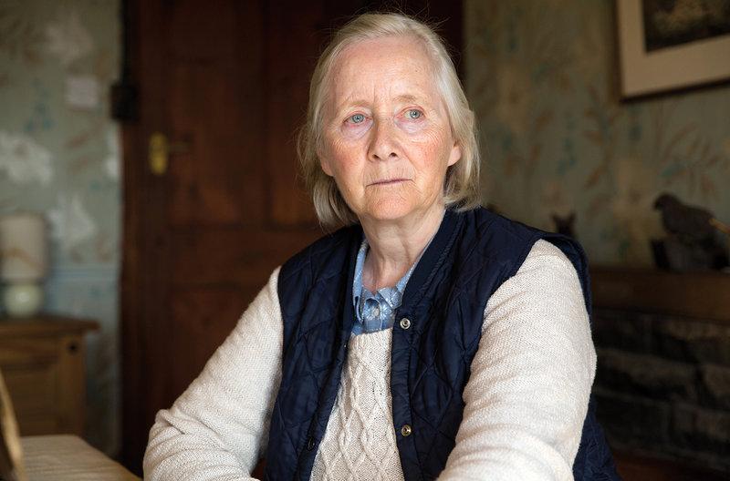 """Das Leben des 24-jährigen Johnny ist karg und einsam. Er wohnt und arbeitet auf einer Schafsfarm im Norden Englands. Um seine Frustration zu betäuben, betrinkt er sich abends im nahe gelegenen Pub und hat unverbindlichen Sex mit jungen Männern. Doch dann kommt der Saisonarbeiter Gheorghe aus Rumänien auf die Farm. Auftakt zur neunteiligen Filmreihe """"rbb QUEER"""". - Deirdre Saxby (Gemma Jones), Johnnys Großmutter. – Bild: rbb/Agatha A. Nitecka/Edition Salzgeber"""