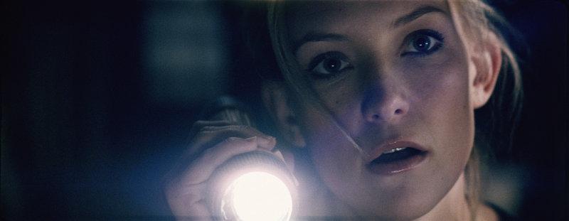 Caroline (Kate Hudson) will herausfinden, was es mit den mysteriösen Vorgängen im Haus auf sich hat. – Bild: ZDF und 2005 Universal Studios