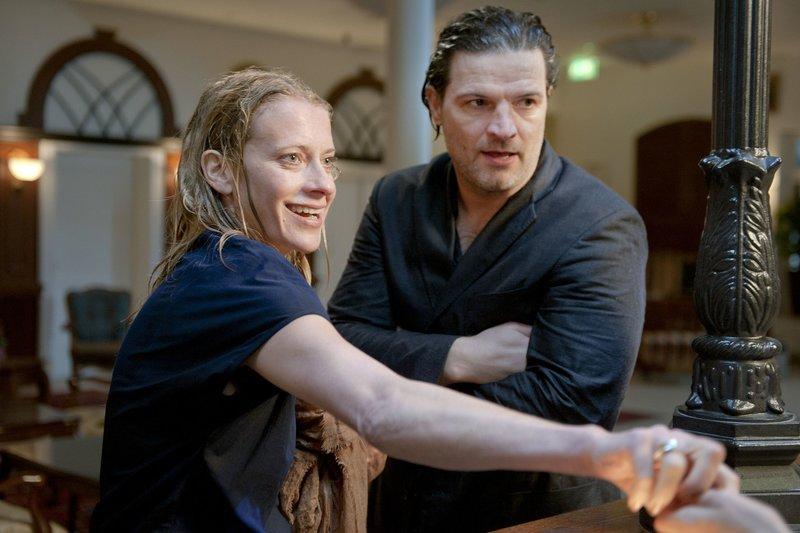 Gemeinsamer Trip ins Wellness-Hotel: Rebecca (Caroline Peters) und Bruno (Mi_el Maticevic). – Bild: WDR/Britta Krehl