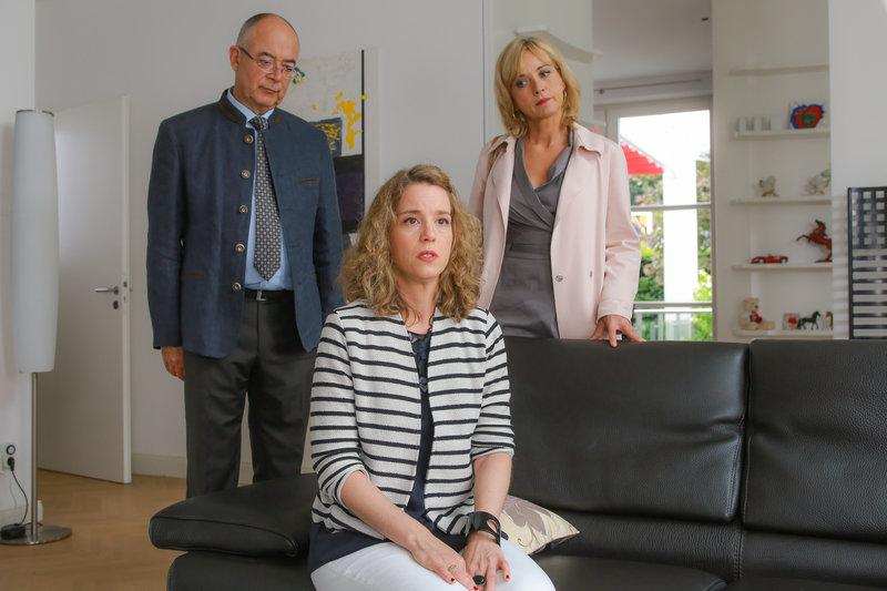 Polizeidirektor Gert Achtziger (Alexander Duda, l.) und Verena Danner (Katharina Abt, r.) vermuten, dass Lissy von Ackersberg (Louisa Stroux, M.) nicht die ganze Wahrheit sagt. – Bild: ZDF und Christian A. Rieger - klick