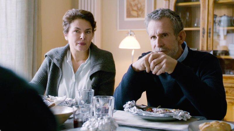 Chris berichtet seinen Eltern Arnold (Ulrich Matthes) und Karin (Barbara Auer) das er an einem Auslandseinsatz teilnehmen wird. – Bild: ZDF und WDR/Schiwago Film.