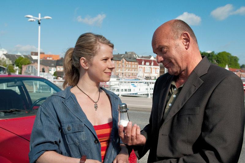Claas Moser (Ulrich Gebauer) zeigt sich bei Laura (Jacqueline Svilarov) von seiner charmanten Seite. – Bild: ZDF und Christine Schroeder