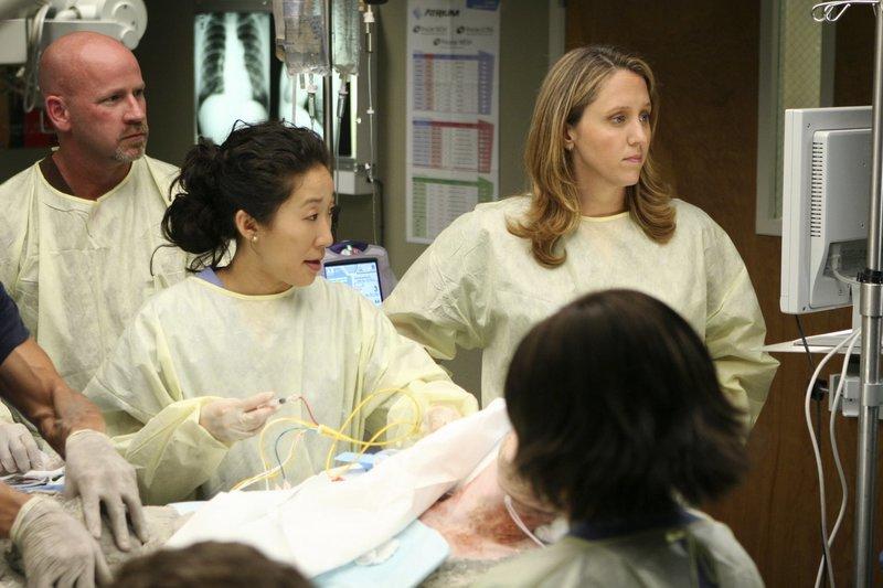 Cristina (Sandra Oh, l.), Webber (James Pickens Jr., M.) und Bailey (Chandra Wilson, r.) sind geschockt, als sie Andrew (James Immekus, 2.v.l.), der in einem Zementblock festsitzt sehen ... – Bild: ProSieben
