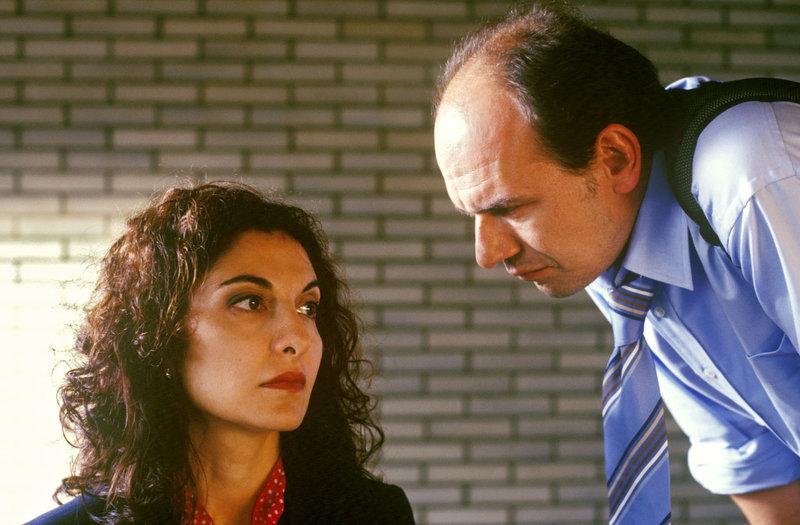 Andrea Monteri (Proschat Madani, l.), eine wichtige Zeugin in einem Mafiaprozess, wird von einem BKA-Mann befragt. – Bild: Sat.1 Gold
