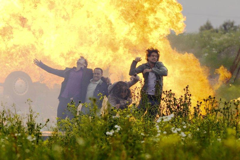 Als Semir (Erdogan Atalay, 2.v.li.) und Ben (Tom Beck, re.) am Unfallwagen eintreffen, bemerken sie die Gefahr und retten Melanie (Stefanie Schmid) und Mahler (Sven Martinek), kurz bevor das Fahrzeug explodiert... – Bild: RTL Crime