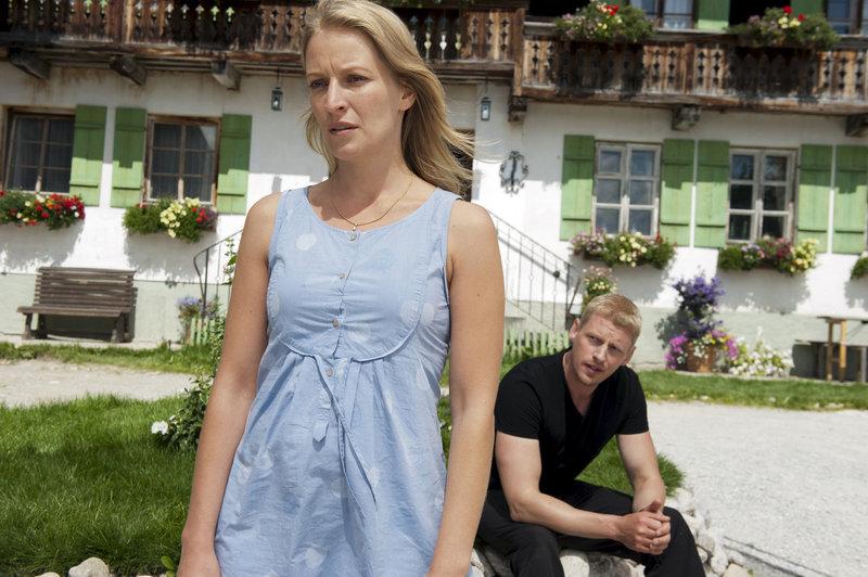 Andreas (Martin Gruber) muss Emilie (Stefanie von Poser) mitteilen, dass ihr Vater tot ist. – Bild: ORF2