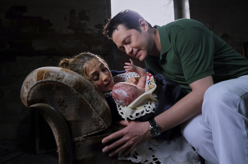 Als Dr. Philipp Brentano (Thomas Koch) am Haus ankommt, ist er schon Vater geworden. Mit Hilfe von Dr. Lea Peters hat Arzu Ritter (Arzu Bazman) ihre kleine Tochter Pauline im Keller eines Hauses zur Welt gebracht. – Bild: MDR/Saxonia Media/Kiss