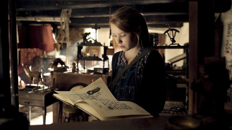 Clara (Ricarda Zimmerer) liest die Sage der Bärenfrau. – Bild: ZDF/Fabian Henzmann
