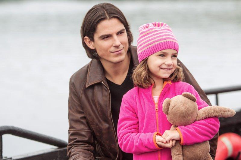 Nach dem Tod ihrer Mutter wird die kleine Holly (Josie oder Lucy Gallina) von ihrem Onkel Mark (Sean Faris) großgezogen, der beschließt, mit dem Mädchen und seiner Familie auf eine Insel zu ziehen, um dort ein neues Leben anzufangen. – Bild: RTL / ©Hallmark/ABC