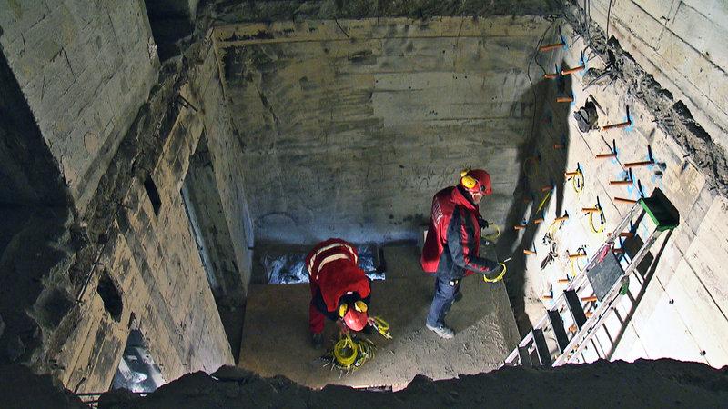 Bildunterschrift: Zwei Sprengmeister platzieren den Sprengstoff im Mauerwerk, um das betreffende Gebäude kontrolliert zum Zusammenbruch zu bringen. – Bild: N24 Doku