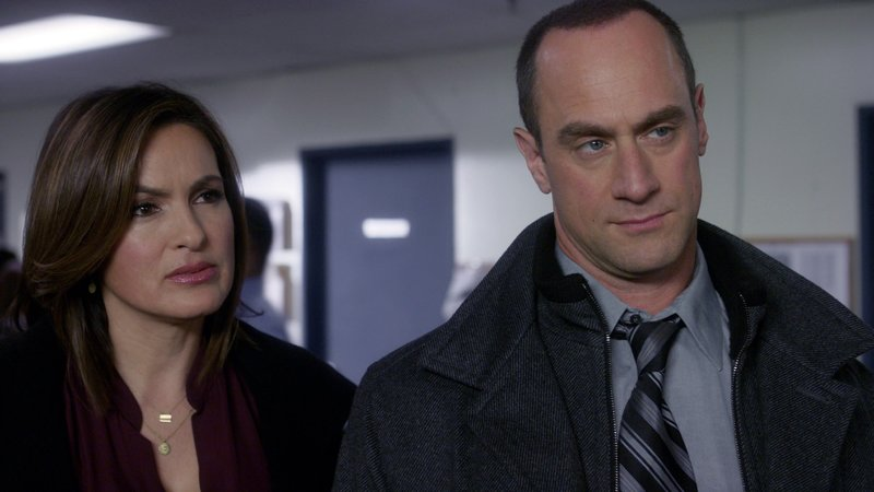 Detective Olivia Benson (Mariska Hargitay) und Detective Elliot Stabler (Christopher Meloni) geraten zunehmend in Bedrängnis. Ihnen wird vorgeworfen, einen weiteren Mord an einer lesbischen Frau nicht verhindert zu haben. – Bild: VOX/NBC Universal
