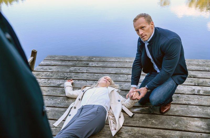 Dr. Borg (Markus Ertelt, r.) kümmert sich um Annabelle (Jenny Löffler, M.), die von Christoph (Dieter Bach, l.) grob zu Boden gestoßen wurde. – Bild: ARD/Christof Arnold