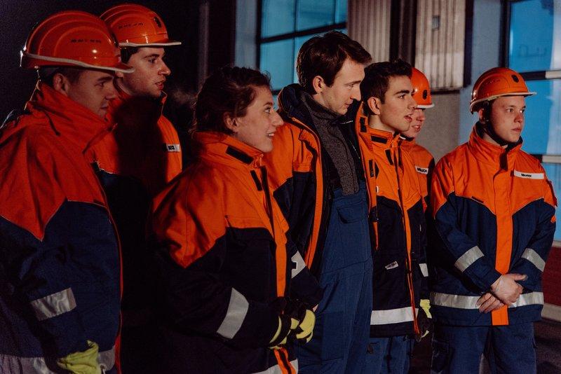Die Feuerwehranwärter warten gespannt auf die Verkündung der Prüfungsergebnisse. Von links: KLD, KLD, Sarah Brandl (Sophie Reiml), Christian Preissinger (Jonathan Gertis), Felix Brunner (Shayan Hartmann), KLD und KLD. – Bild: Nadya Jakobs