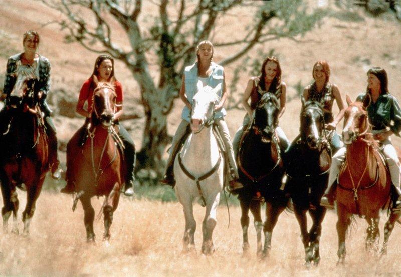 """Tess (Kym Wilson, 3.v.l.) und ihre Schwester Claire (Tammy Macintosh, Mitte) versuchen mit Frauenpower, die heruntergewirtschaftete Familienfarm """"Drover's Run"""" wieder in Schwung zu bringen. Sie müssen die Männer überlisten, manches Lehrgeld bezahlen und nicht zuletzt ein Pferderennen gewinnen. – Bild: MDR/Drefa"""