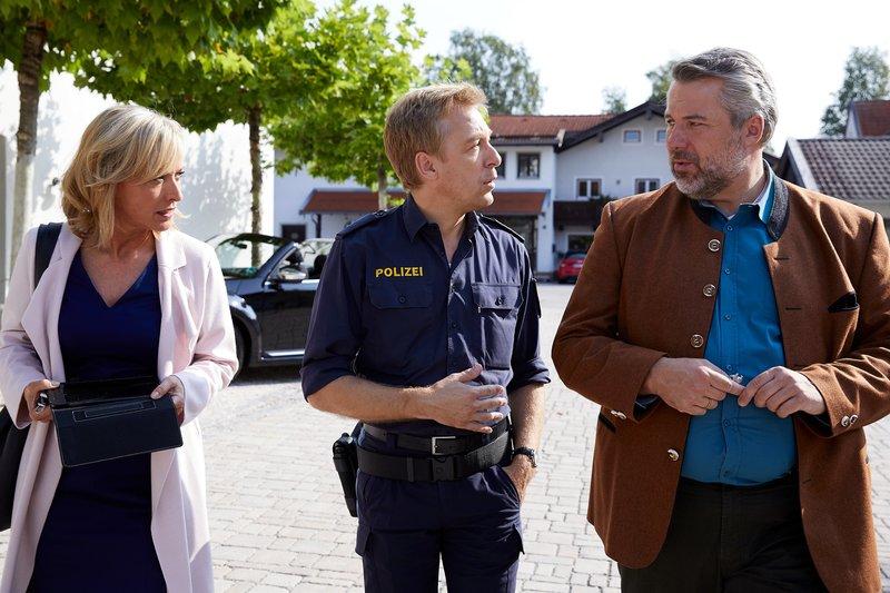 Polizeihauptmeister Mohr (Max Müller, M.) informiert die Kommissare Danner (Katharina Abt, l.) und Stadler (Dieter Fischer, r.) über erste Erkenntnisse zum Mordopfer. – Bild: ZDF und Bojan Ritan.
