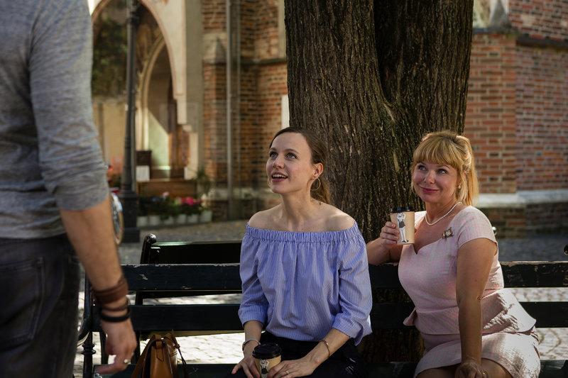 Agnes (Sandra Steffl, r.) kann es nicht glauben, dass Emma (Nadja Becker, l.) nicht erkennen will, dass sie ihr Herz erneut an ihre Jugendliebe verloren hat ... – Bild: SAT.1 Eigenproduktionsbild frei
