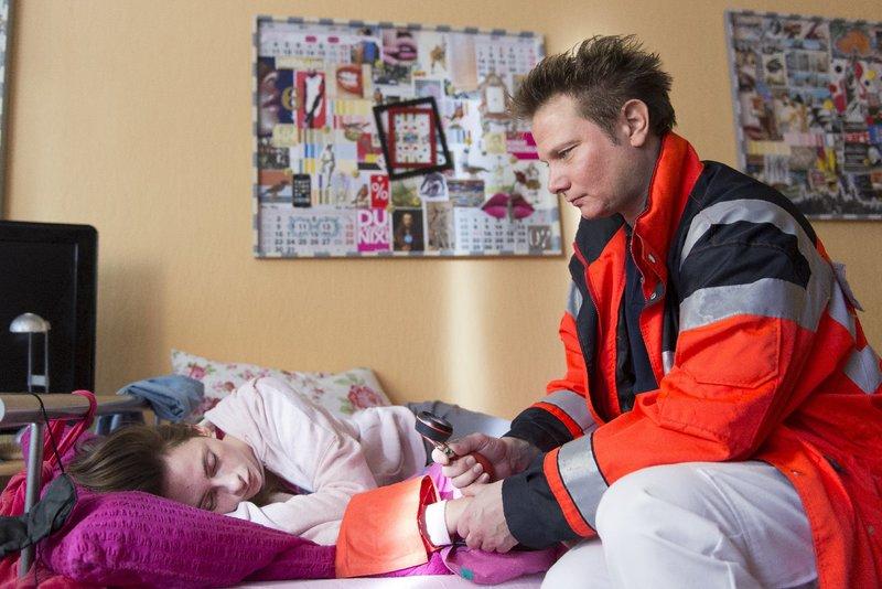 Dr. Haase (Fabian Harloff, r.) kümmert sich um Maria (Carolyn Genzkow, l.). Das Mädchen hat versucht, sich das Leben zu nehmen. – Bild: ZDF und Boris Laewen