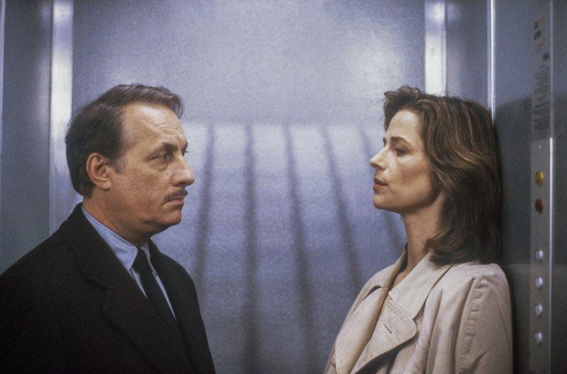 Inspektor Staniland (Michel Serrault) kann der kühlen, erotischen Ausstrahlung der Verdächtigen Barbara (Charlotte Rampling) nicht widerstehen. – Bild: arte