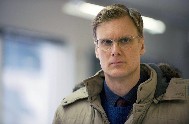 Markus Huseklepp (Darren Boyd) ist ein Lehrer mit bizarren Neigungen. – Bild: SWR/Sky UK Limited / Markus Huseklepp (Darren Boyd) ist ein Lehrer mit bizarren Neigungen.