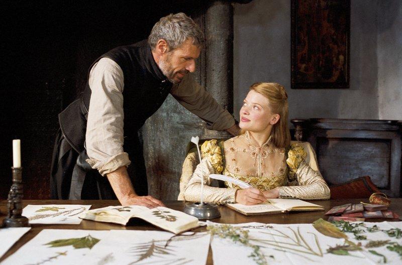 François de Chabannes (Lambert Wilson) bringt Marie (Mélanie Thierry) das Schreiben bei -– für jene Zeit etwas sehr Unübliches! – Bild: ARTE France / © 2010 Paradis Films