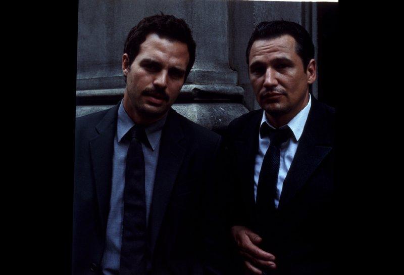 Detective Malloy (Mark Ruffalo, li.) und sein Partner Rodriguez (Nick Damici) ermitteln in einem Mordfall. – Bild: ZDF und Jim Bridges
