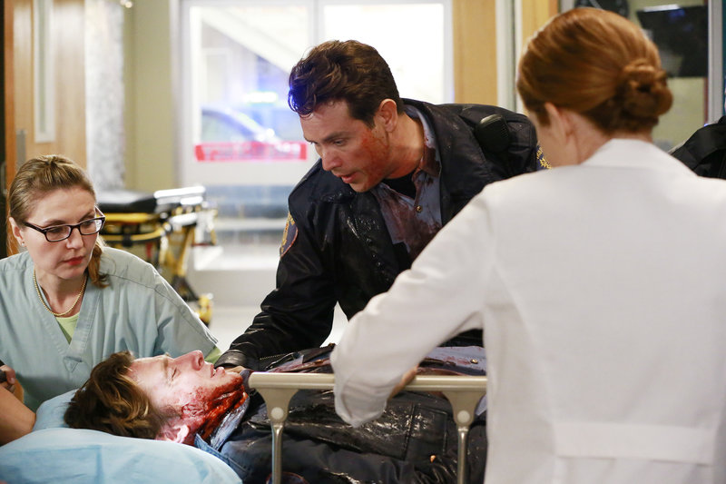 Brett (William Nicol, 2.v.l.) wurde bei einem Banküberfall schwer verletzt. Während sein Kollege Dan (Kevin Alejandro, 2.v.r.) sehr besorgt ist, kümmert sich April (Sarah Drew, r.) um ihn und versucht alles, um ihm das Leben zu retten ... – Bild: ABC Studios Lizenzbild frei
