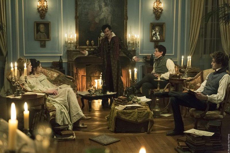 Lord Byron (Tom Sturridge) fordert seine Gäste heraus, eine Horrorgeschichte zu schreiben – Bild: PROKINO Filmverleih GmbH