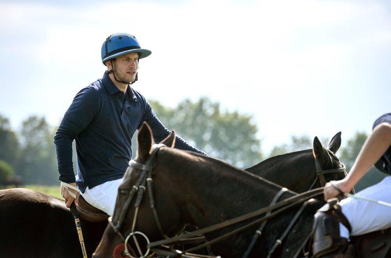 Tim (Florian Frowein, l.) macht sich bereit für das große Poloturnier. – Bild: ARD/Christof Arnold