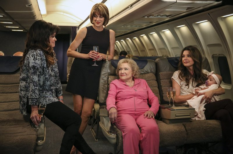 V.l.n.r.: Melanie Moretti (Valerie Bertinelli), Victoria Chase (Wendie Malick), Elka Ostrovsky (Betty White), Joy Scroggs (Jane Leeves) – Bild: WDR/2011 Viacom International Inc./Michael Becker