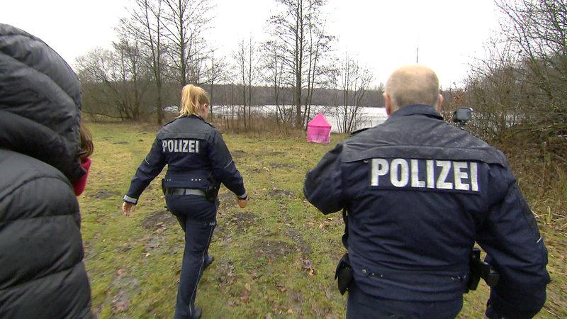 Auf der Suche nach der vermissten Lora werden die Cops Theresa Mattes und Harald Maas auf einer Wiese fündig.. – Bild: RTL II