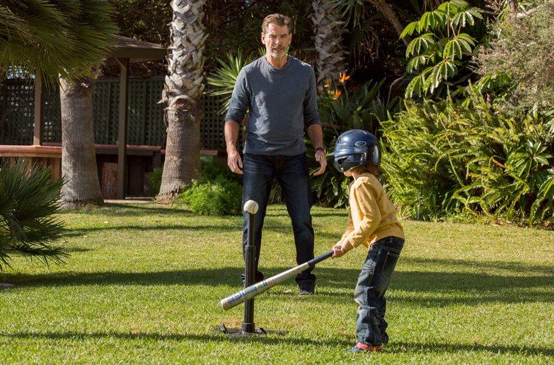 Aus dem ewigen Junggesellen wird ein häuslicher Papa: Für Richard (Pierce Brosnan) wird der kleine Jake (Duncan Joiner) zum Mittelpunkt seines Lebens. – Bild: ARD Degeto/Wild Bunch Germany