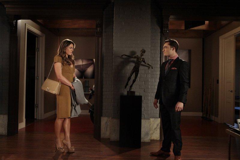 Chuck (Ed Westwick, r.) muss sich mit einem Geheimnis aus der Vergangenheit von Diana (Elizabeth Hurley, l.) auseinandersetzen ... – Bild: Warner Bros. Television Lizenzbild frei