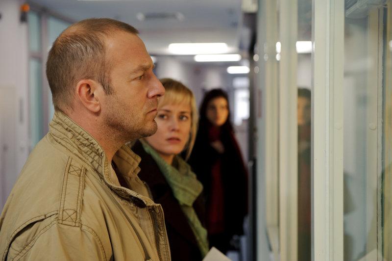 Esther (Silke Bodenbender) und Tom Wesnik (Heino Ferch) sind fassungslos. Ihr Sohn wird beschuldigt, drei Menschen kaltblütig getötet zu haben. – Bild: ZDF und Stefan Erhard