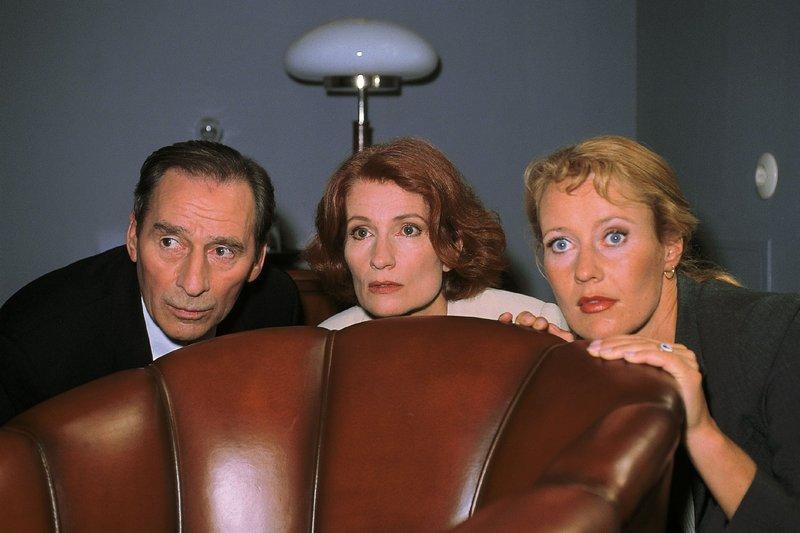 v.li.: Oberstaatsanwalt Lotze (Henry van Lyck), Richterin Schwarzkopf (Ana Fonell) und Staatsanwältin Glaser (Britta Schmeling) liegen auf der Lauer... – Bild: RTLplus