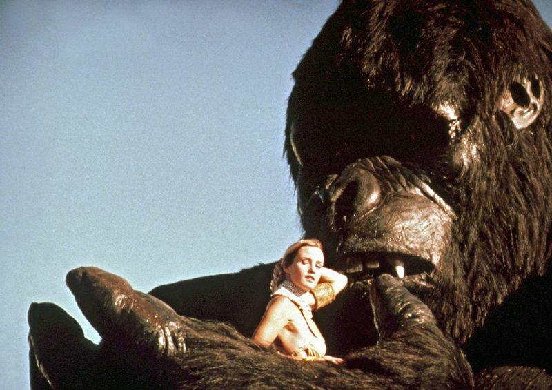 Dwan (Jessica Lang) verliert langsam die Scheu vor ihrem tierischen Entführer King Kong. – Bild: HR/Degeto