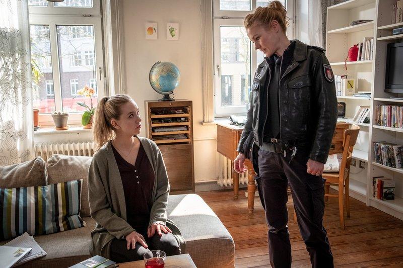 Franzi (Rhea Harder-Vennewald, r.) weist Tabea (Anna Herrmann, l.) darauf hin, dass eine Falschaussage auch strafbar ist. – Bild: ZDF und Boris Laewen (bola).