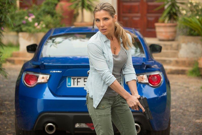 Dom's Lebensgefährtin Elena (Elsa Pataky) macht sich bereit zur Verteidigung... – Bild: TVNOW