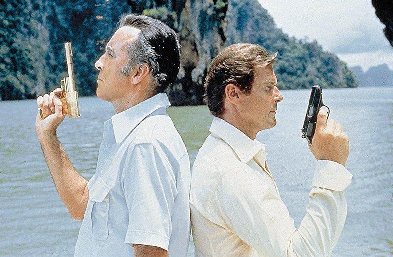 Der Profi-Killer Scaramanga (Christopher Lee) oder der Geheimagent James Bond (Roger Moore), wer ist der Sieger? – Bild: SF DRS