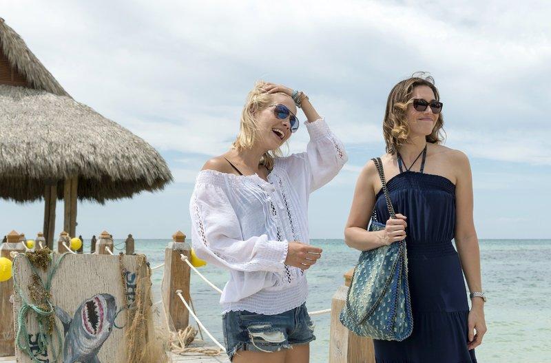 Die Schwestern Kate (Claire Holt, l.) und Lisa (Mandy Moore) gönnen sich eine Auszeit in Mexiko. – Bild: TVNOW / © 47 DOWN LTD 2016
