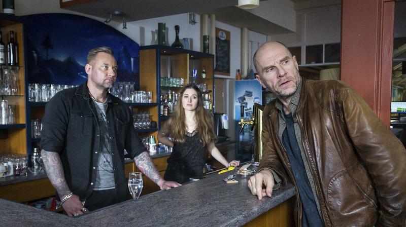 Butsch (Götz Schubert) befragt Goran Tonka (Marko Dyrlich) und Paula (Deleila Piasko) in Club. (v.r.) – Bild: MDR/MOLINA FILM/Steffen Junghans / WDR Kommunikation/Redaktion Bild