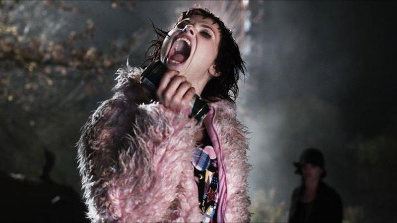 Legend: Feiert bis zum Abwinken: Und kurz vor dem Sonnenaufgang holt sich die durchgeknallte Nora (Anna Fischer) noch eine anständige Mahlzeit von einigen Nachtschwärmern – Bild: http://wall.alphacoders.com