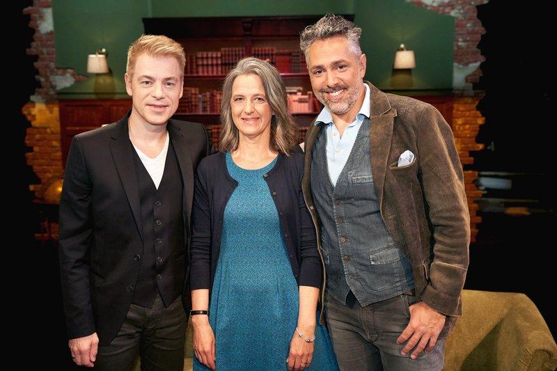 Gastgeber Michael Mittermeier (l.) und Roland Trettl mit ihrem Gast Katja – Bild: TVNOW / Guido Engels