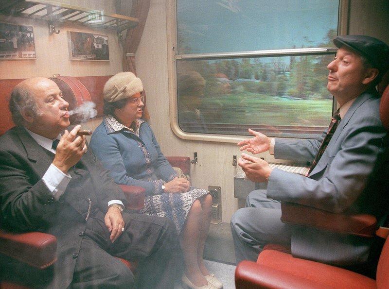 Heinz (Gerd Dudenhöffer, r) und Hilde (Sabine Urig, Mitte) stehen mächtig unter Qualm auf ihrer Bahnreise nach Berlin. Ihr dicker Mitreisender (Winfried Schwarz, l) pafft eine Havanna nach der anderen. – Bild: SWR/WDR