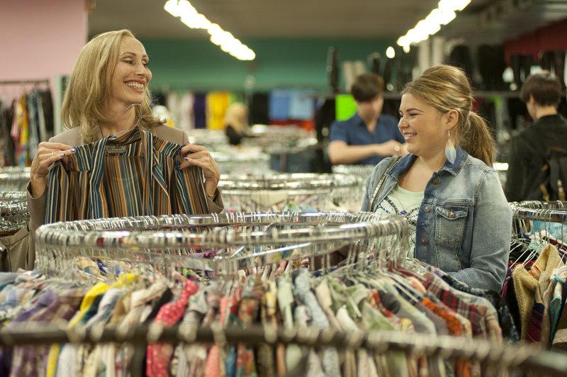 Ina (Andrea Sawatzki) und Enno Pinzdorf (Runa Greiner) shoppen im Second Hand Laden. – Bild: ZDF und BRITTA KREHL