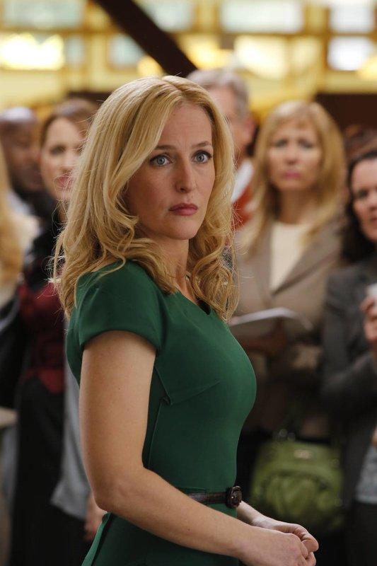 Meg Fitch (Gillian Anderson), CEO eines internationalen IT-Unternehmens, macht sich große Sorgen um ihre Tochter und deren Mitschüler, die bei einem Klassenausflug gekidnappt wurden ... – Bild: 2013-2014 NBC Universal Media, LLC. All rights reserved. Lizenzbild frei